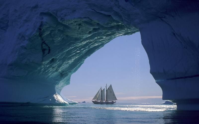 Fond ecran arche de glace iceberg avec joli voilier tout for Image ete fond ecran