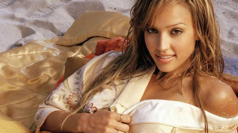 Fond cran jessica alba fille sexy allongee sur sable for Belle image hd