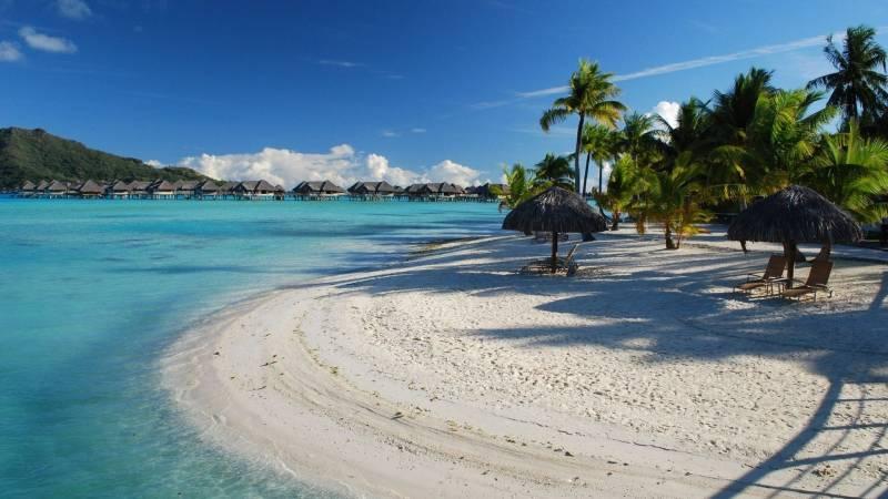 fond ecran iles pacifique plage sable fin eau claire turquoise huttes pilotis palmiers transat. Black Bedroom Furniture Sets. Home Design Ideas