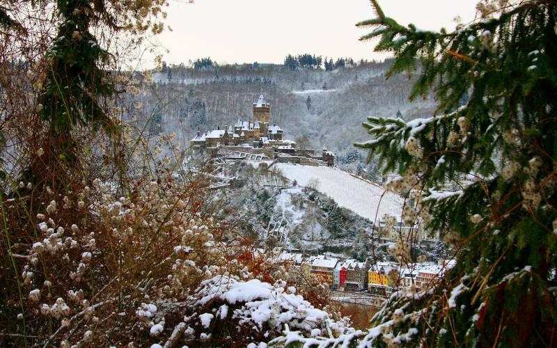 fond ecran paysage hivernal couleurs automne neige chateau haut colline surplombe village nature. Black Bedroom Furniture Sets. Home Design Ideas